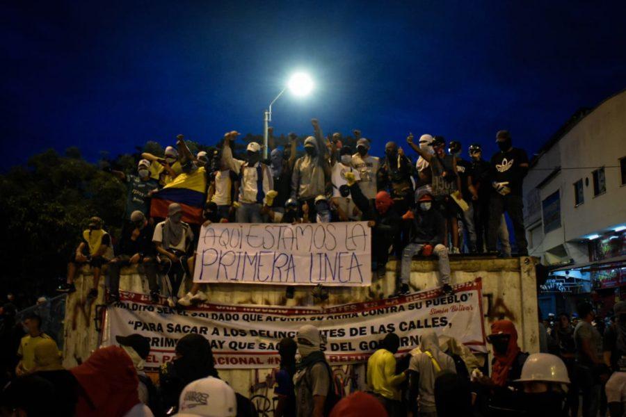 Primera línea är killar som är först i demonstrationerna och försvarar demonstranterna från polisen med sköldar gjorda av vad de än hittar, till och med trafikskyltar.
