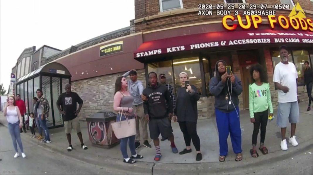 På fotot från en kroppskamera som polisen släppte till Associated press ses Darnella Frazier (tredje från höger) filma mordet på George Floyd.