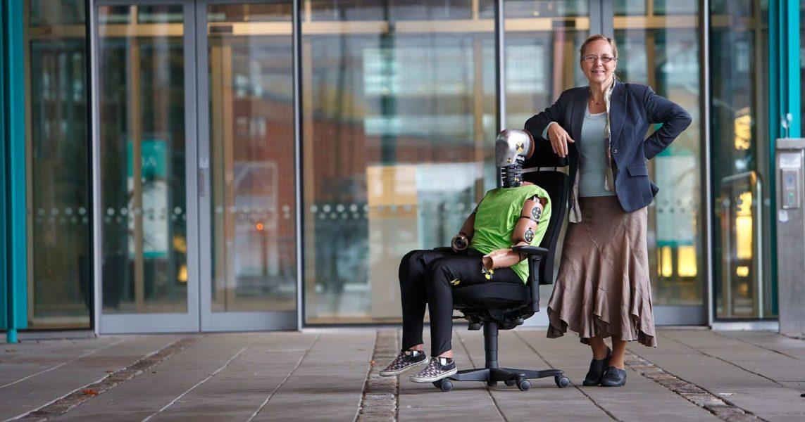 Astrid Linder, professor i trafiksäkerhet, har tagit fram en prototyp till krockdocka som skulle kunna öka trafiksäkerheten för kvinnor.