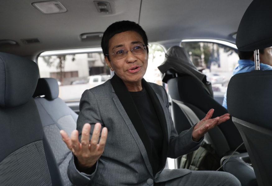 Maria Ressa utanför en domstol i Filippinerna 2019.