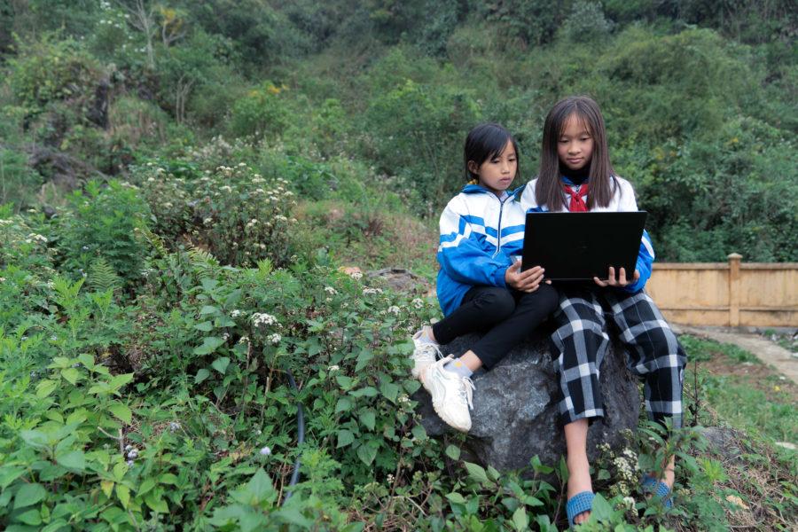 Två flickor i Lai Châu-provinsen i Vietnam deltar i Plan internationals kurser för att öka den digitala kompetensen och tryggheten online.